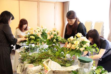 2周年記念パーティでの会場装花制作の様子